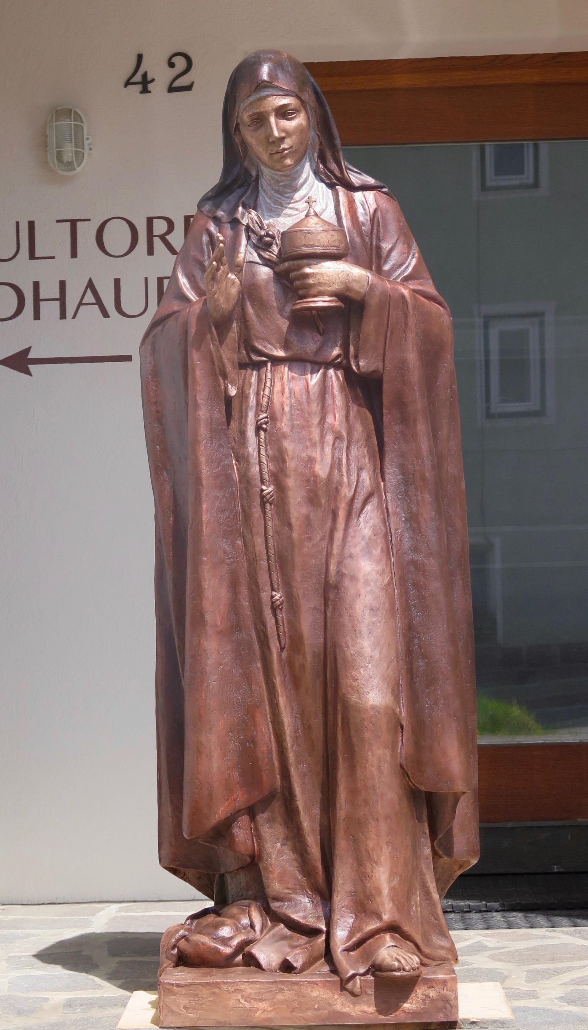 hl. klara von assisi skulptur in holz und bronze